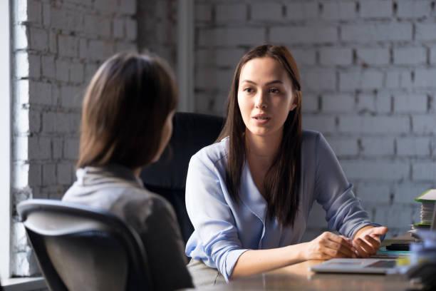 schweren weiblichen berater beratung client tagung - leitende position stock-fotos und bilder