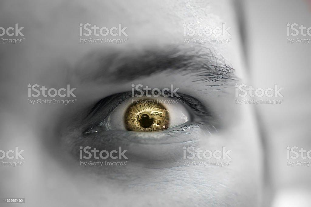 Seria triste y enojado si busca hombre con los ojos amarillos - foto de stock