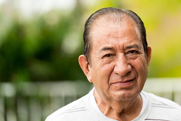 ernst alter mann - senior mann porträts stock-fotos und bilder