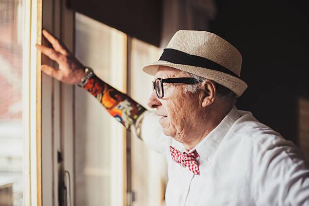 ernst alter mann mit tattoo, tattoo-ärmel - alte tattoos stock-fotos und bilder