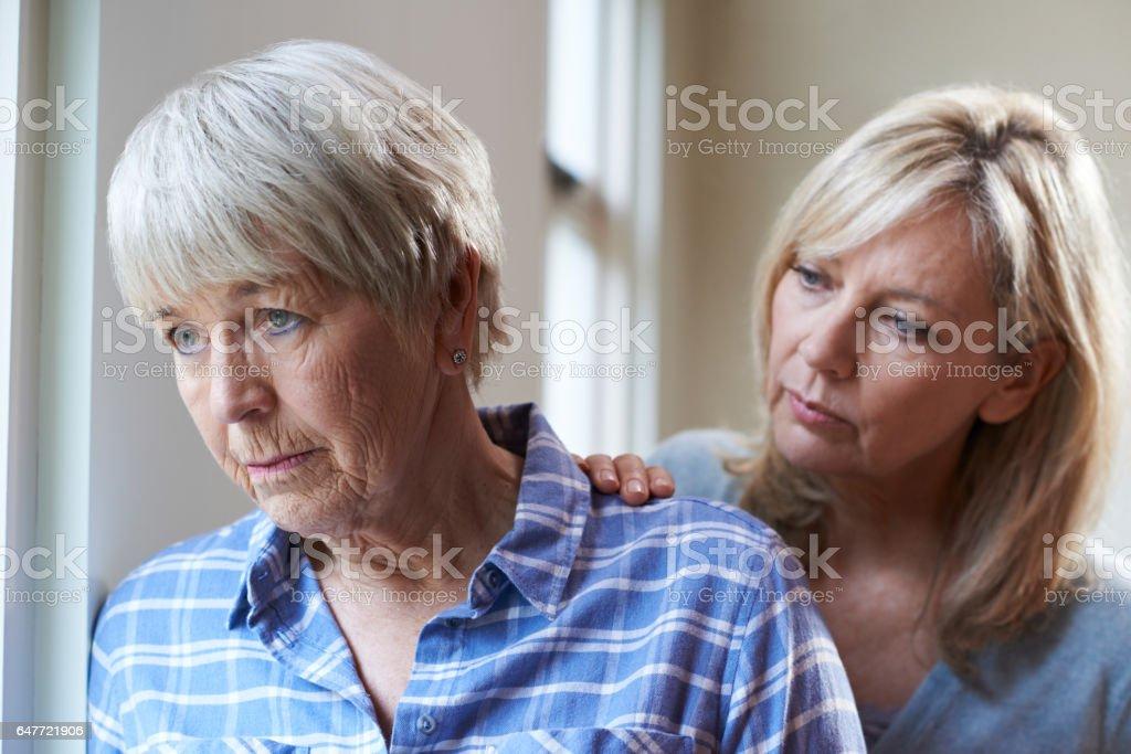 Ernst Senior Frau mit Erwachsenen Tochter zu Hause - Lizenzfrei 70-79 Jahre Stock-Foto