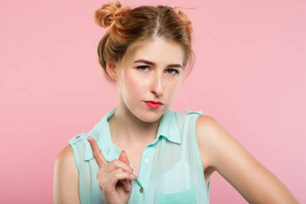 ernste strenge frau schelten nag sagen wag finger - spielerfrauen stock-fotos und bilder