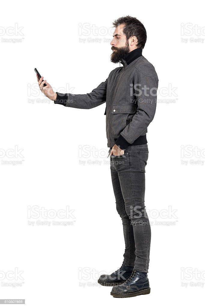 Grave punk elegante em cinza jaqueta e tirando selfie foto. - foto de acervo