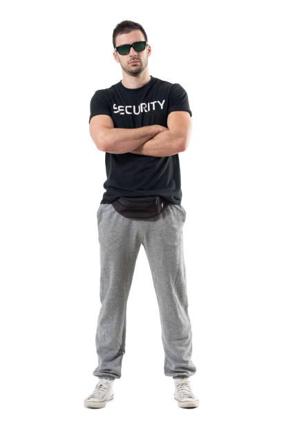 schweren harte macho polizist in zivil kleidung mit verschränkten armen blick in die kamera - sweatpants stock-fotos und bilder