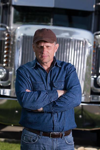 Ernst Trucker vor einem 18 Rad Truck – Foto