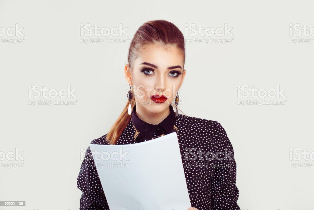 ernste Frau, brünett, hält Papiere Dokumente Vertrag betrachten Sie - Lizenzfrei Arbeiten Stock-Foto