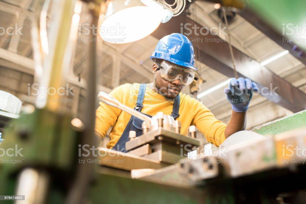 Reparatur von Fertigungsmaschine Ernst Arbeiter – Foto