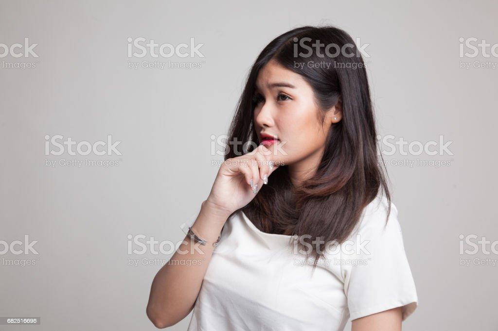 Ernste junge Asiatin Blick entfernt. Lizenzfreies stock-foto