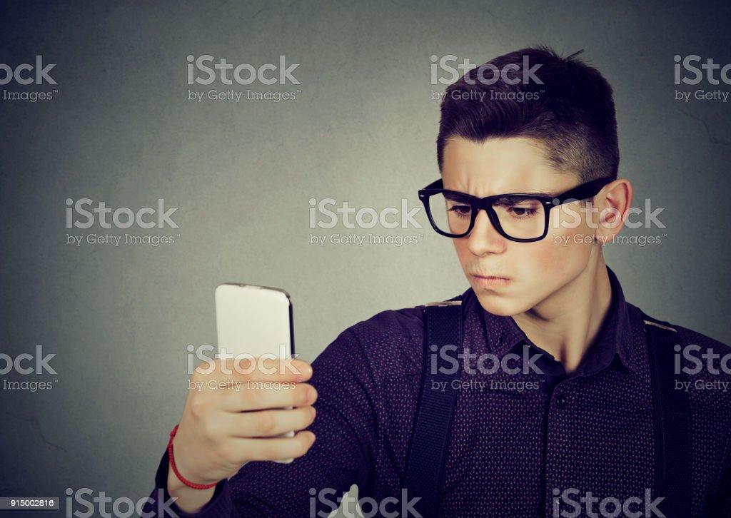 Homem jovem sério tendo selfie - foto de acervo