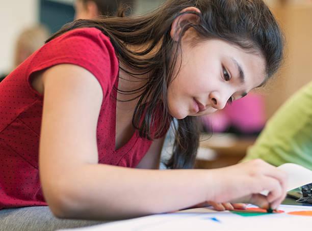 grave jeune asiatique fille dessin en art de classe - dessin au pastel photos et images de collection