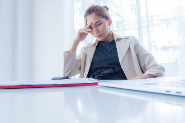 ernst ist Asiatin in Büro-Business-Konzept, Business-Frau, wer müde ist, Business-Frau von der Arbeit, Business-Konzept betont. – Foto