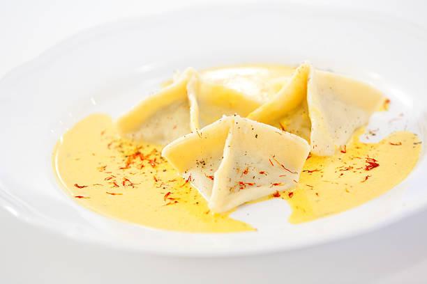 serviert-ravioli - safransauce stock-fotos und bilder