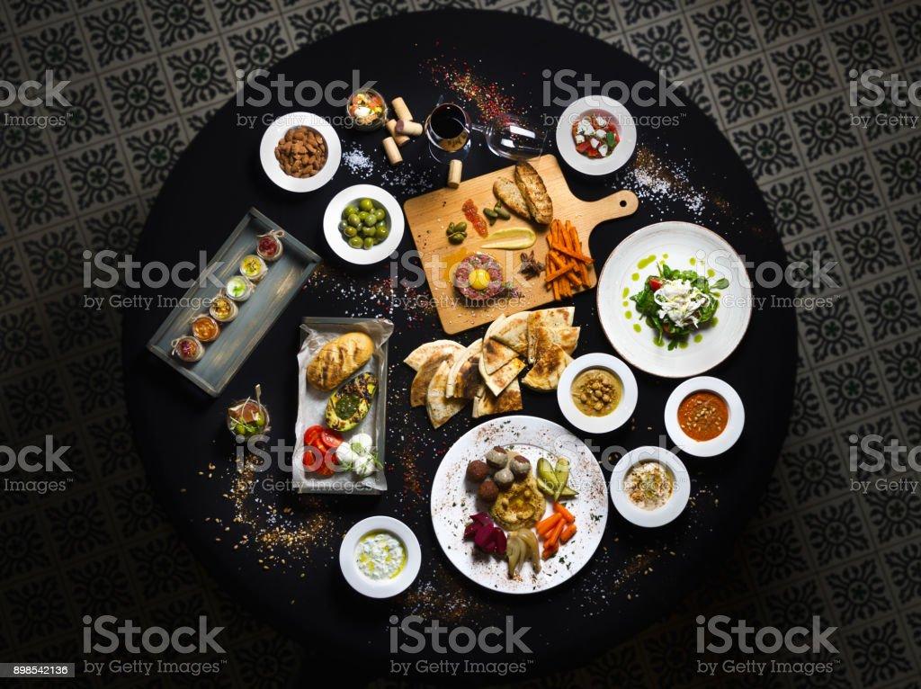 Runder Tisch, Türkisch und Buchweizen Gerichte Draufsicht Tisch serviert. – Foto