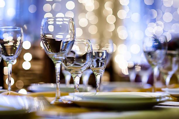 Se sirven en una mesa en el restaurante de víspera de Navidad - foto de stock