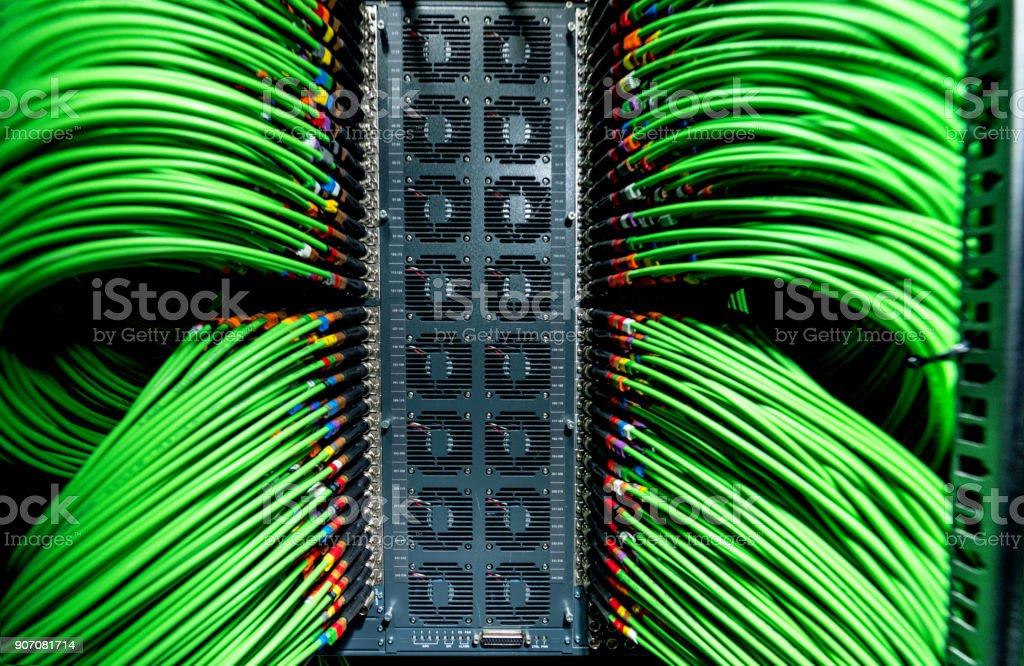 Server und die grünen Netzwerk-Kabel angeschlossen – Foto