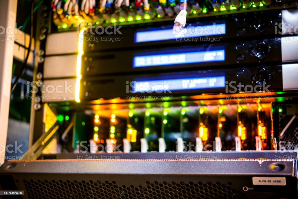Server-Installation. Server mit dem entfernten Panel. – Foto
