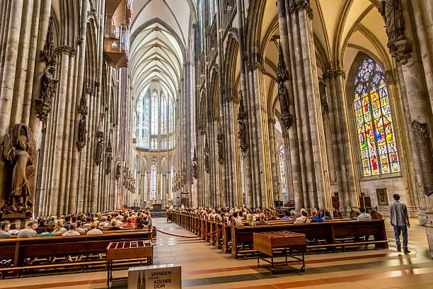 service in central nave der kölner dom - kölner dom stock-fotos und bilder