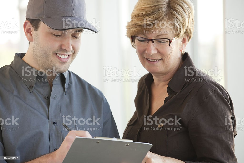 Servicepersonal mit einem Kunden – Foto