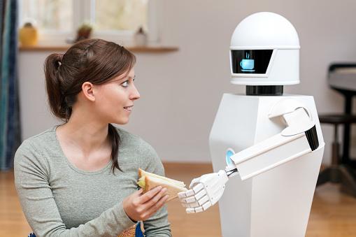 Robot De Servicio Es Dar A Una Mujer Morena Bonita Un Sándwich En La Sala De Estar Pantalla Del Robot Doméstico Muestra Un Símbolo De Pausa Café Foto de stock y más banco de imágenes de Adulto