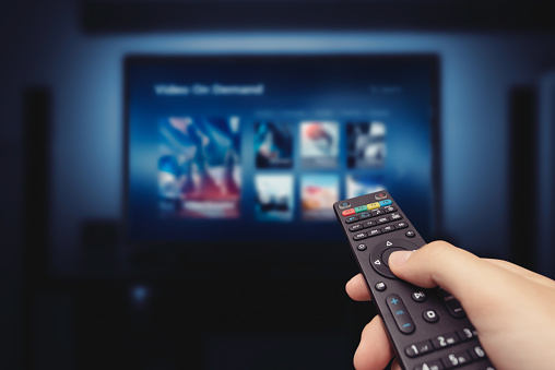Dictons de décembre 2020 Service-screen-with-remote-control-in-hand-picture-id1174414266?b=1&k=6&m=1174414266&s=170667a&w=0&h=0KkPSi3vp9_n7kCN4XasN94hddbAHBlL55SAvfA72NA=