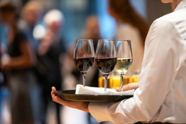 Service-Personal bietet Wein, Deutschland – Foto
