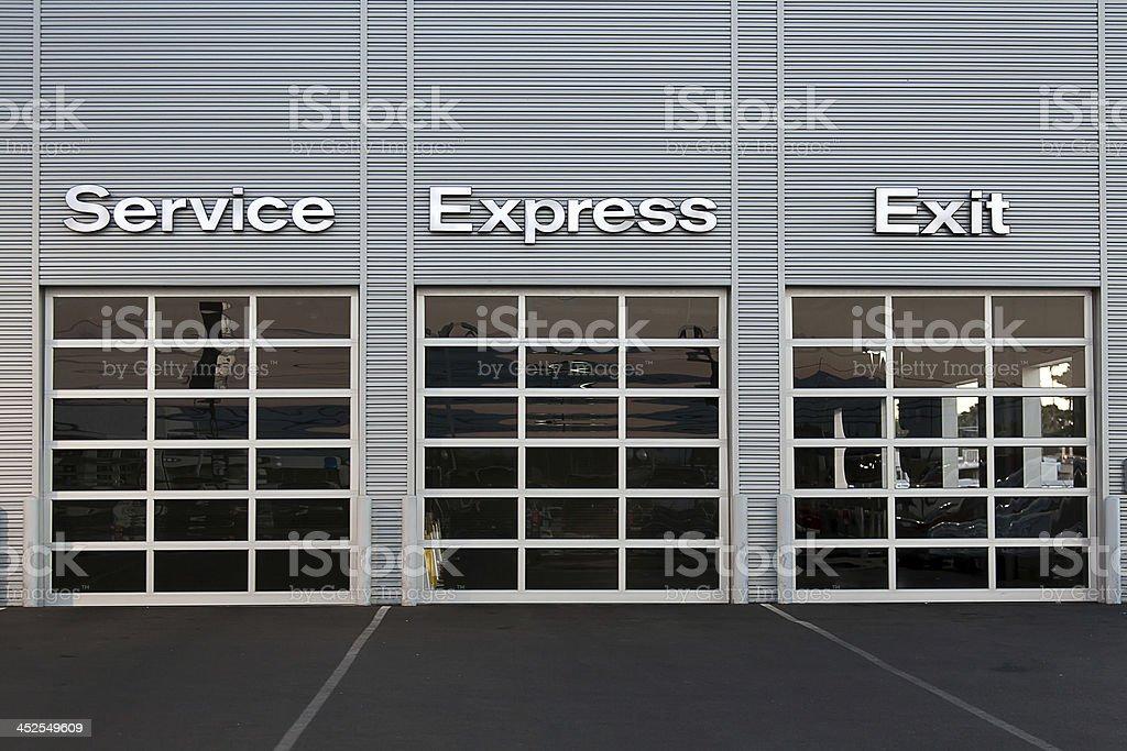 Estación de servicio con salón de coches - foto de stock