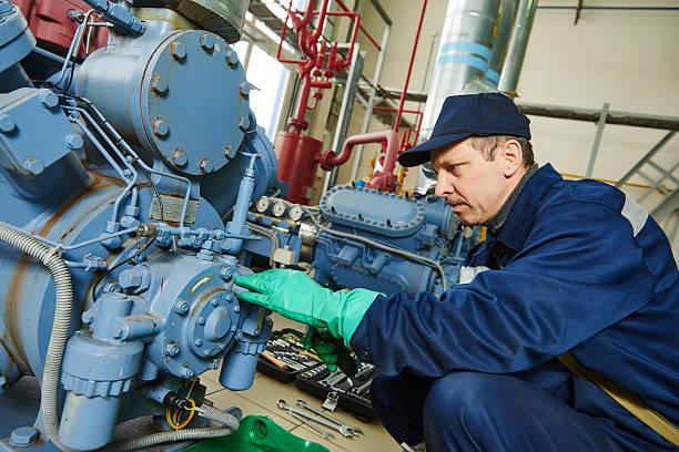 trabajador industrial servicio a la estación de compresor - generadores fotografías e imágenes de stock