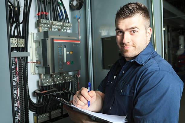 serviceman de electricidad nota - electricista fotografías e imágenes de stock