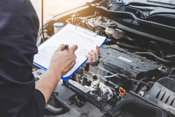 サービス車エンジン マシン コンセプト、自動車メカニック修理改修機、車のサービスやメンテナンスのためのチェックリスト、クリップボードへの書き込みを調べて車のエンジンをチェッ� - 車 ストックフォトと画像
