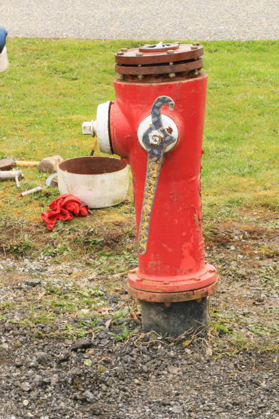 onderhoud van een brandkraan - pics of the redtube stockfoto's en -beelden
