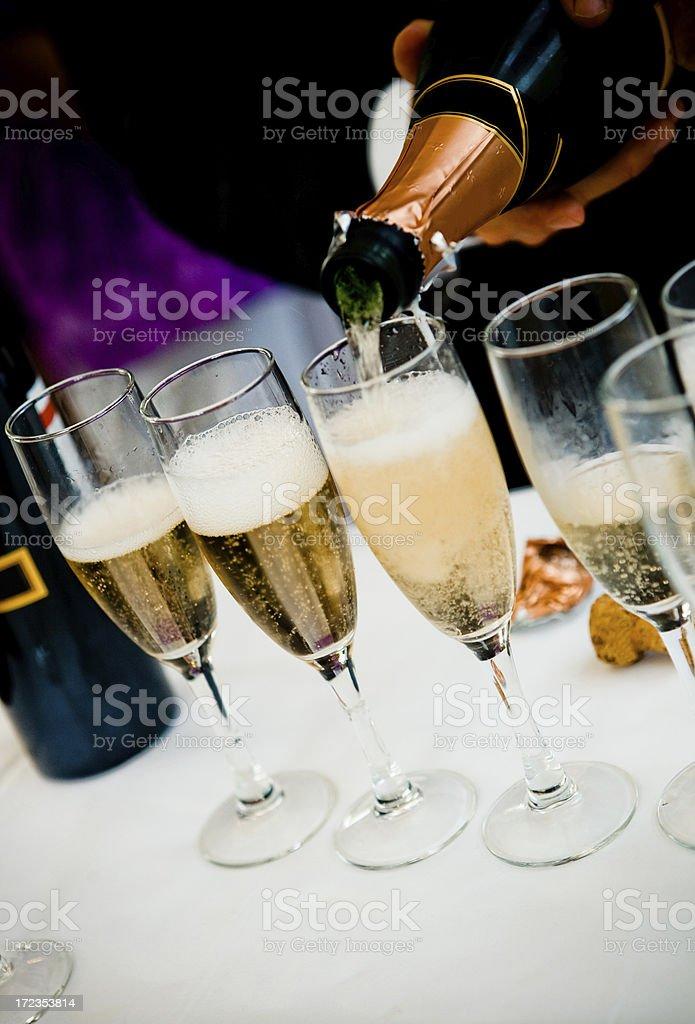 Se sirven con champán foto de stock libre de derechos