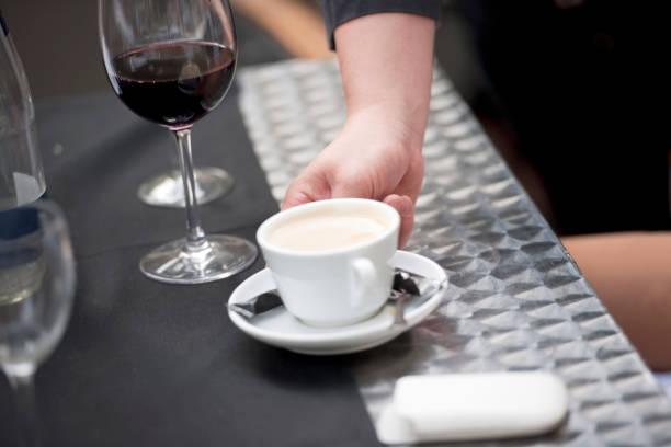 Serviert Kaffee – Foto