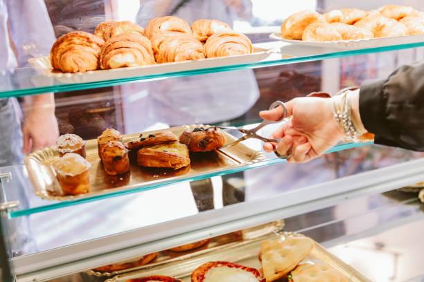 portion croissants - italienischer abstammung stock-fotos und bilder