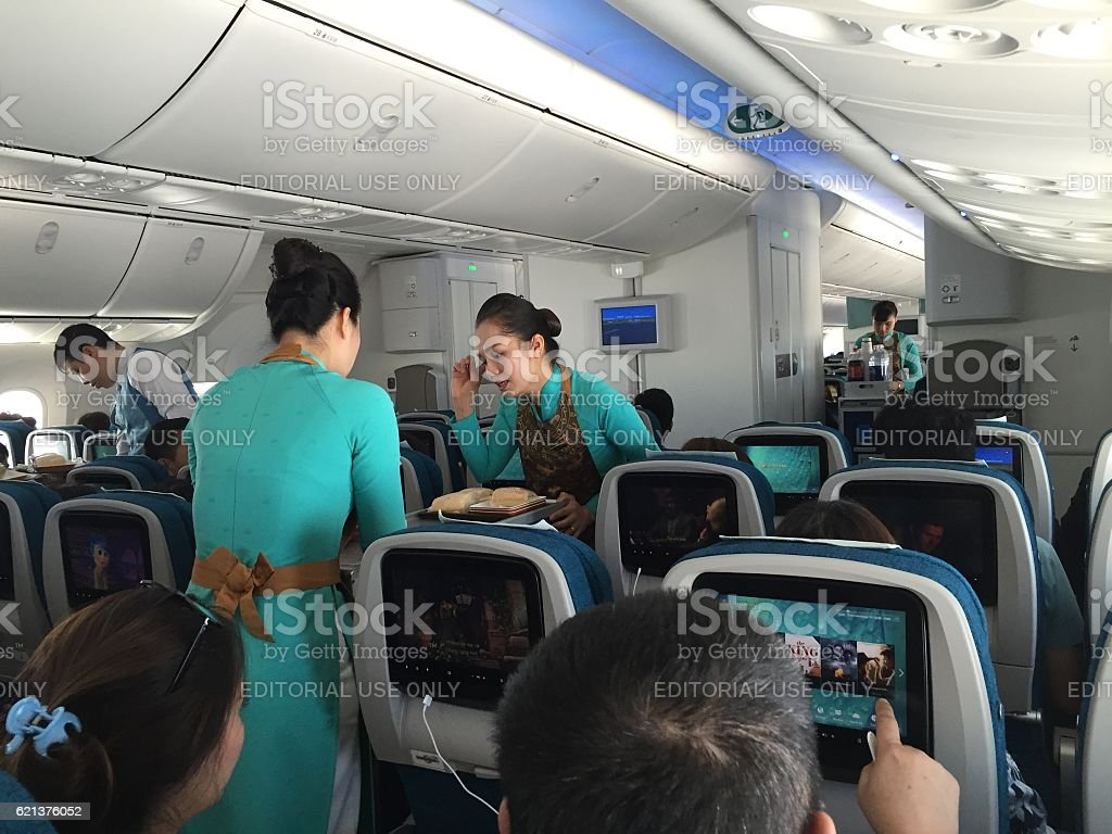 Serving fast food for lunch on a commercial flight – Foto