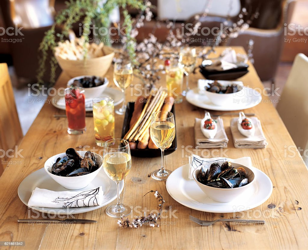 serving mussels on chic dinner table - foto de acervo