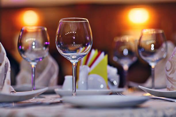 Sirve placas grabadas servilletas sobre la mesa del restaurante - foto de stock