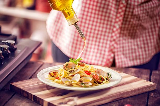 serving spaghetti alla vongole on a plate - pasta vongole bildbanksfoton och bilder