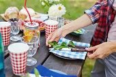 ピクニックのためのサービングのテーブル