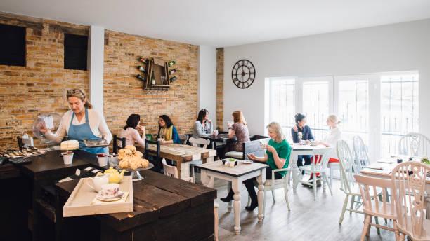 在咖啡廳奉茶 - small business saturday 個照片及圖片檔