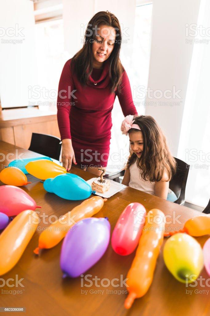 bedienen van de taart voor de verjaardag van dochter royalty free stockfoto