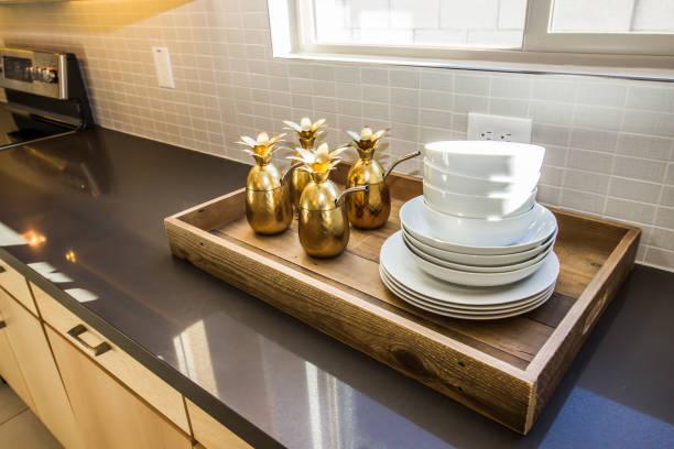 serviertablett mit schalen über küche zähler - tablett holz stock-fotos und bilder