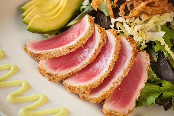Gebratener Ahi-Thunfisch im Sesammantel mit Baby-Blattsalaten – Foto
