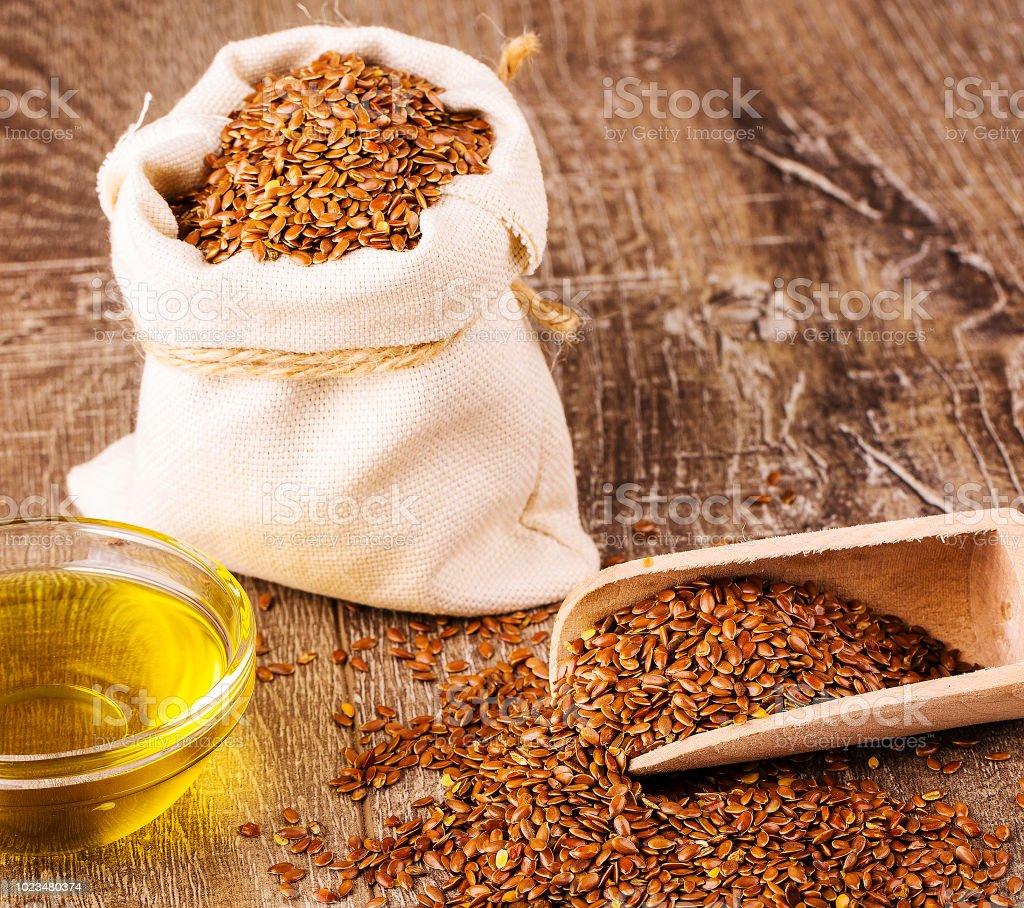 Sesam In Sack Und Tasse Öl Auf Holztisch Stockfoto und mehr ...