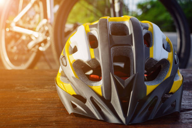 establecer equipos de bicicleta en una madera superior - set deportivo fotografías e imágenes de stock
