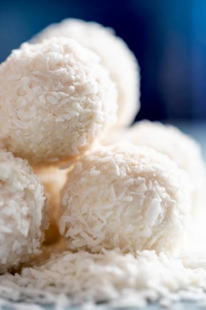 set süßigkeiten trüffel schneeball - kokoskuchen stock-fotos und bilder