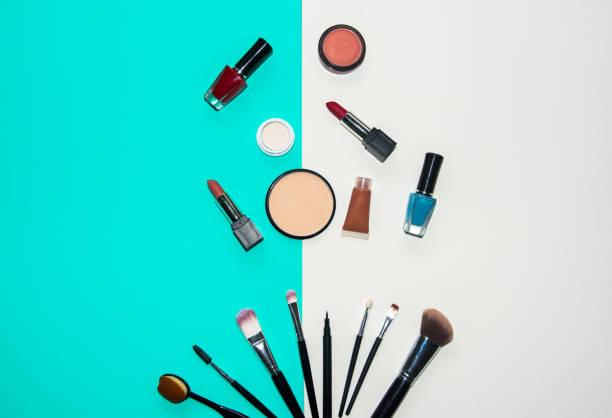 化粧品メイク、ブラシ、アイシャドウ、口紅、カラフルな背景を設定します。 ライフ スタイルのコンセプト ストックフォト