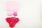 お風呂や水泳の女の子の赤ん坊のためのセット。白地。平面図です。フラットを置く