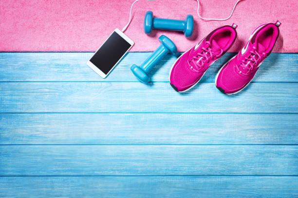 Set für sportliche Aktivitäten auf blauem Holzgrund, oben Ansicht. – Foto