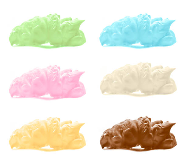 eis in verschiedenen farben mit schokolade, vanille, banane, joghurt und minzgeschmack anrichten. - hausgemachtes vanilleeis stock-fotos und bilder