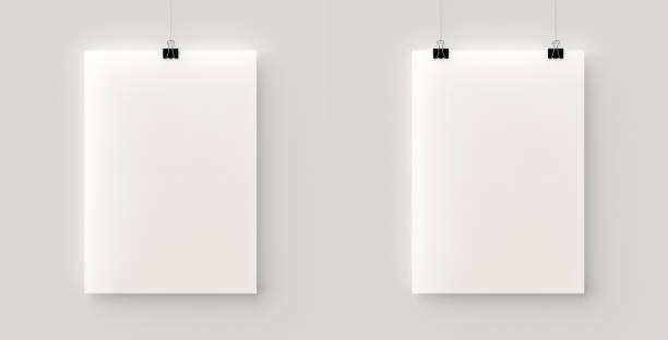 Set de 2 carteles en blanco colgando de un hilo con clips negros - foto de stock